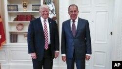 Presiden AS Donald Trump saat bertemu Menlu Rusia Sergey Lavrov di Gedung Putih, 10 Mei lalu (foto: ilustrasi).