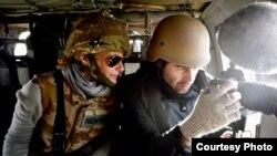 导演奥娜在阿富汗拍摄现场(左边戴眼镜的) (照片来源: FilmBuff)