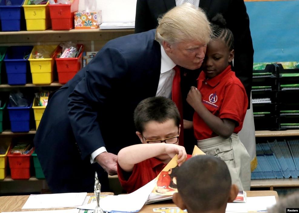 지난 5일(현지시간) 라스베이거스 인터내셔널 크리스천 아카데미를 방문한 도널드 트럼프 미 공화당 대통령 후보가 자신에게 성경을 선물한 학생과 포옹하고 있다.