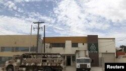 Sebuah truk militer parkir di depan pabrik daur ulang di kawasan industri Otay Mesa, Tijuana, lokasi ditemukannya terowongan penyelundupan narkoba ke Amerika (12/7).