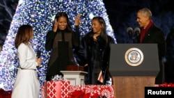 奥巴马总统星期四晚上和第一夫人米歇尔以及小女儿莎萨一起点亮了白宫前的国家圣诞树