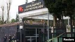 2016年3月3日土耳其警察局受攻击后警员在损坏的入口处站岗