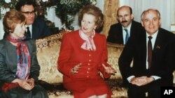 Раиса Горбачева, Маргарет Тэтчер и Михаил Горбачев на встрече в Посольстве СССР. Лондон, Великобритания. 6 апреля 1989 года