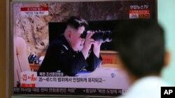 El líder norcoreano, Kim Jong Un, observa con binoculares un lanzamiento de misil el 5 de julio de 2017.
