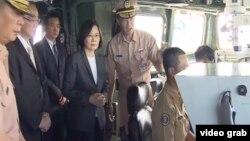 台灣總統蔡英文星期三上午,在南部的高雄港登上一艘即將開赴南中國海執行巡航任務的台灣海軍軍艦。(視頻截圖)