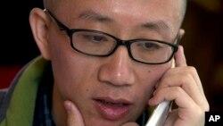 2013年4月,胡佳打电话