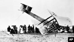 Pilot perintis John Alcock dan Arthur Whitten Brown mendaratkan pesawat Vickers Vimy mereka di rawa di Clifden, Irlandia, 15 Juni 1919, setelah menyelesaikan penerbangan menyeberangi Atlantik, dari St. Johns di Newfoundland ke pesisir Irlandia. (Foto: AP)