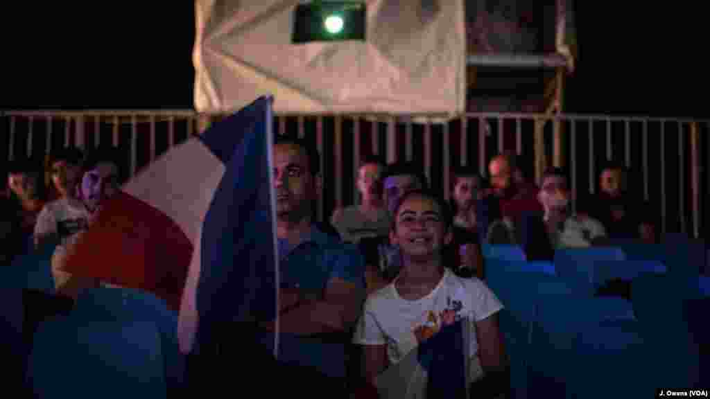 Seorang ayah dan putrinya menonton pertandingan pembuka kejuaraan di Perancis di stadion Beirut.