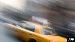 VN: Tài xế taxi trả lại khách 26.500 đôla bị bỏ quên trên xe