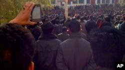 青海同仁县隆务镇的藏人11月9日举行抗议