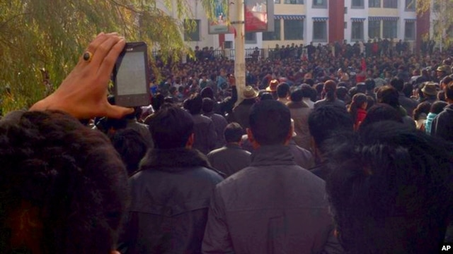 Tibetans protest in the Rongwo Township in Rebkhong County in western China's Qinghai province, November 9, 2012.