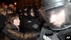 Ukrainian riot police block supporters of Ukrainian opposition parties in a rally outside the Central Elections Commission building in Kyiv, Nov. 5, 2012.