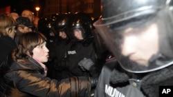 乌克兰的防暴警察11月5日在基辅阻止反对派支持者举行集会
