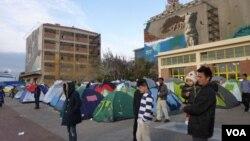 数以千计的难民住在雅典港口的帐篷和仓库里。