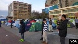 数以千计的难民住在雅典港口的帐篷和仓库里