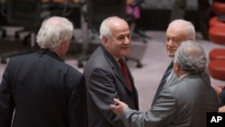 Duta Besar Palestina untuk PBB Riyad Mansour (tengah) menyapa para diplomat sebelum sidang Dewan Keamanan PBB, Juli 2014.