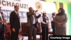 Rais Magufuli akabidhiwa cheti cha ushindi na Tume ya Taifa ya Uchaguzi (NEC) Jumapili, Novemba 1, 2020. Picha na Global Publishers TV.