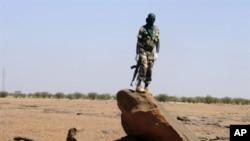 Un soldat nigérien en patrouille entre Agadez et Arlit, zone où sévit AQMI