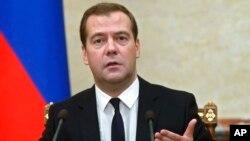 Rusya Başbakanı Dmitri Medvedev gıda ürünleri ithal yasağını açıklarken