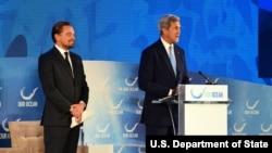 """Menlu AS pada pemerintahan Obama, John Kerry memperkenalkan aktor dan aktivis lingkungan AS Leonardo DiCaprio pada konferensi global """"Our Ocean"""" di Washington DC tahun lalu (foto: dok)."""