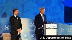 """美國國務卿克里 (右) 在""""我們的海洋""""會議上介紹演員和環保活動人士迪卡比奧 (左) (圖片來源:美國國務院)"""