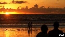 Turis mengamati matahari terbenam di Pantai Kuta Bali. Jumlah kunjungan turis ke Bali tetap stabil pasca bom Solo baru-baru ini. (foto: dok)