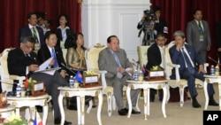 Các giới chức trong Hiệp hội các quốc gia Ðông Nam Á ASEAN họp tại tại Campuchia