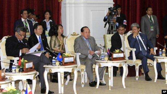 Bộ trưởng Ngoại giao Campuchia, giữa, Bộ trưởng Mohammed Bolkiah của Brunei, phải, và Tổng thư ký ASEAN Surin Pitsuwan tham dự Hội nghị ASEAN ở  Phnom Penh, Campuchia, 8/7/2012