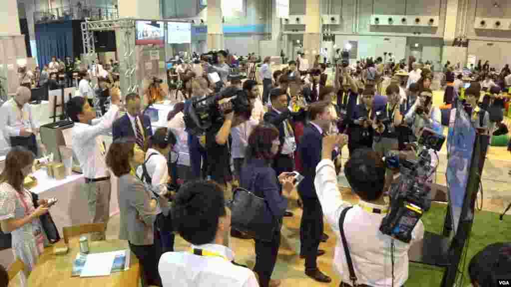 حاشیه های اجلاس سران گروه ۲۰ در ژاپن | خبرنگاران سخنان رهبران جهان را از نمایشگرهای نصب شده در سالن رسانه ها ثبت میکنند.