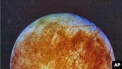这张从伽利略宇宙飞船上拍摄的照片显示被冰层覆盖的木星卫星欧罗巴