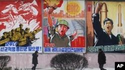 지난 2012년 평양 거리에 북한 선전 구호가 적힌 포스터가 걸려있다. (자료사진)