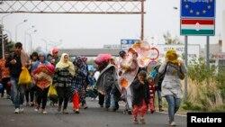 Những người di cư đi bộ băng biên giới từ Hungary đến Nickelsdorf, Áo, ngày 25/9/2015.
