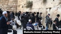 مرد حضرات دیوار ِگریہ پر عبادت میں مصروف
