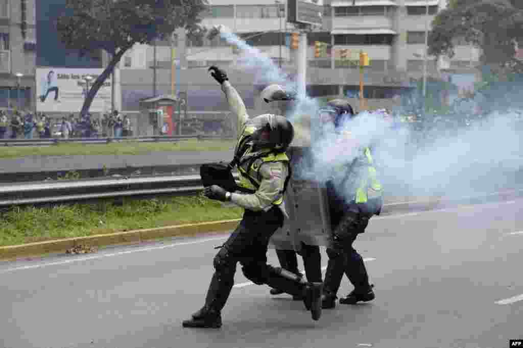 ប៉ូលិសប៉ះទង្គិចគ្នាជាមួយនឹងក្រុមបាតុករតវ៉ាប្រឆាំងនឹងក្រិត្យច្បាប់ប្រកាសអាសន្នថ្មីលើកឡើងនាសប្តាហ៍នេះដោយប្រធានាធិបតីលោក Nicolas Maduro នៅរដ្ឋធានីការ៉ាកាស (Caracas) ប្រទេសវេណេស៊ុយអេឡា។