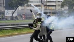 2016年5月18日,委內瑞拉警察與抗議者發生衝突。