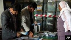 Panitia pemilu Afghanistan melakukan penghitungan suara. Hasil pemilu akan diumumkan hari Sabtu (26/4).