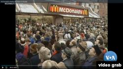 រូបភាពទាញពីវីដេអូបង្ហាញពីពលរដ្ឋរុស្ស៊ីឈររង់ចាំមុខហាងអាហារ McDonald's អំឡុងពេលសម្ពោធហាងលើកដំបូង។ (Video Screenshot)