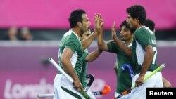 پاکستانی کھلاڑی گول کرنے پر ایک دوسرے کا حوصلہ بڑھا رہے ہیں