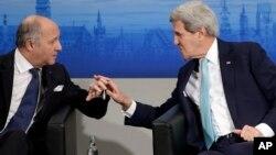 Ngoại trưởng Mỹ John Kerry hội đàm với Ngoại trưởng Pháp Laurent Fabius tại Hội nghị An ninh Munich lần thứ 51 ở Đức, ngày 8/2/2015.