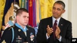 一名阿富汗戰爭退伍美軍獲總統頒發榮譽勳章。