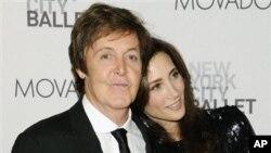 保罗·麦卡特尼与未婚妻斯维尔9月22日在纽约