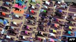 Peserta kelas yoga massal di New York, 2012. Saat ini ada bentuk yoga yang dinamai DDP dan lebih fokus pada kalistenik dan teknik rehabilitasi. (Foto: Dok)