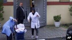 Equipos de limpieza entran al consulado de Arabia Saudí en Estambul, el lunes 15 de octubre de 2018.