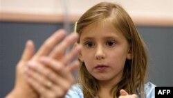 Bir Amerikalı öğrenci derste nasıl el yıkanacağını öğreniyor