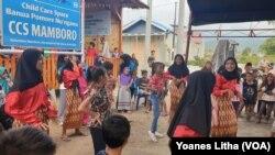 Anak-anak perempuan yang sedang latihan menari di depan balai Banua Pomore Nu'ngana, salah satu fasilitas ruang ramah anak yang didirikan oleh SOS Childres's Villages Indonesia di Mamboro, Palu Utara, Kota Palu, Sulawesi Tengah. (Foto: VOA/Yoanes Litha)