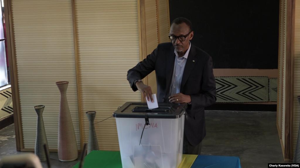 Le président sortant du Rwanda Paul Kagame glisse son bulletin dans l'urne au bureau de vote à l'école primaire Rugunga, à Kigali, 4 août 2017. (VOA/Charly Kasereka).