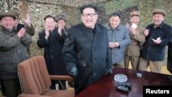 김정은 북한 국방위 제1위원장이 지난 3일 300㎜ 신형 방사포 시험사격을 참관했다고 조선중앙통신이 4일 보도했다. (자료사진)