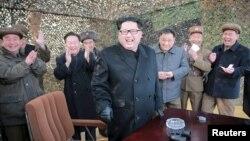 Lãnh tụ Bắc Triều Tiên Kim Jong Un và các giới chức ăn mừng vụ thử nghiệm phi đạn tại Bình Nhưỡng, ngày 4/3/2016.