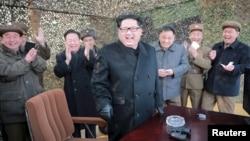 Pemimpin Korea Utara Kim Jong Un (tengah) bersama para petinggi militernya ketika ujicoba peluncuran misil Korut (4/3).