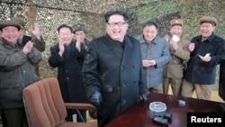 Lãnh đạo Bắc Triều Tiên Kim Jong Un (giữa) mỉm cười khi chỉ đạo một cuộc phóng thử phi đạn đạn đạo trong bức ảnh không đề ngày tháng phát hành bởi Hãng thông tấn chính thức của Bắc Triều Tiên ở Bình Nhưỡng ngày 04/3/2016.
